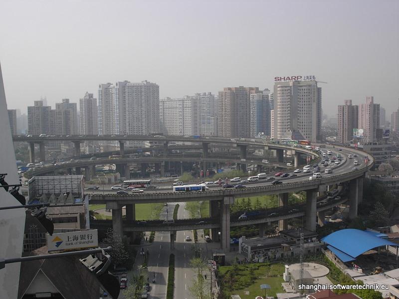 Brückenauffahrt in Puxi