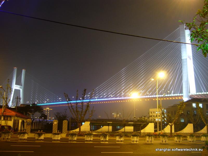Pudong: Die Brücke nachts